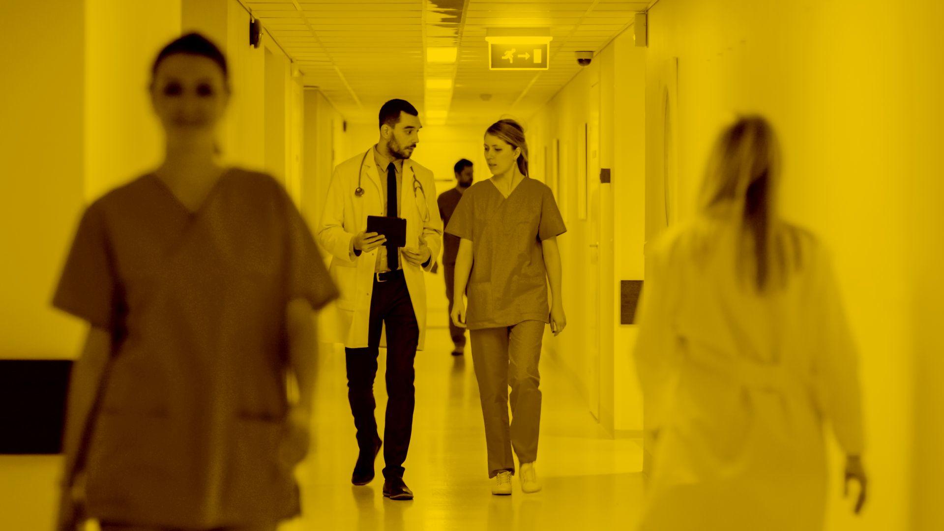 Arzt und Pflegerin diskutieren über Easysoft Pflegesoftware in der maja.cloud