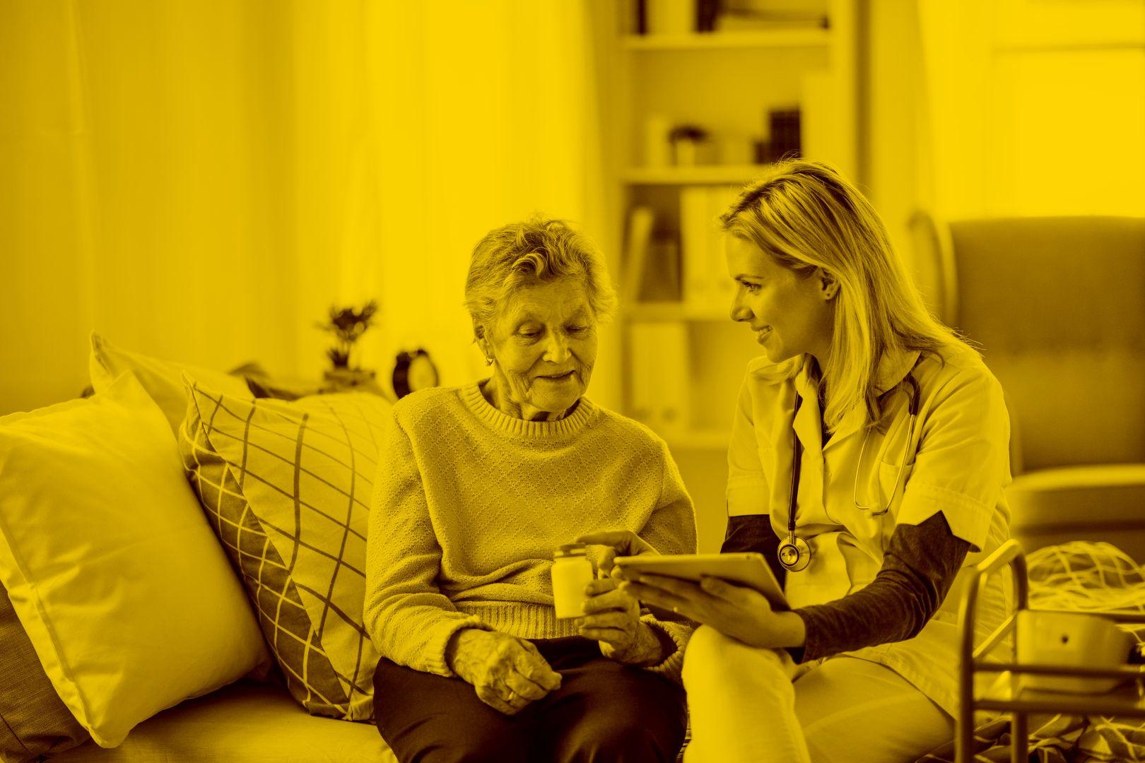Ärztin betreut Seniorin mit Hilfe von Easysoft Pflegesoftware in der maja.cloud