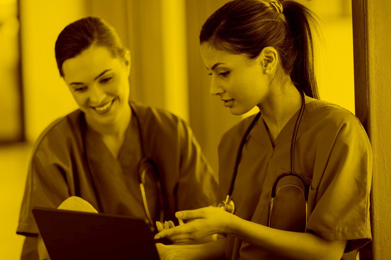 Zwei Pflegerinnen arbeiten auf dem Tablet mit Easysoft Pflegesoftware