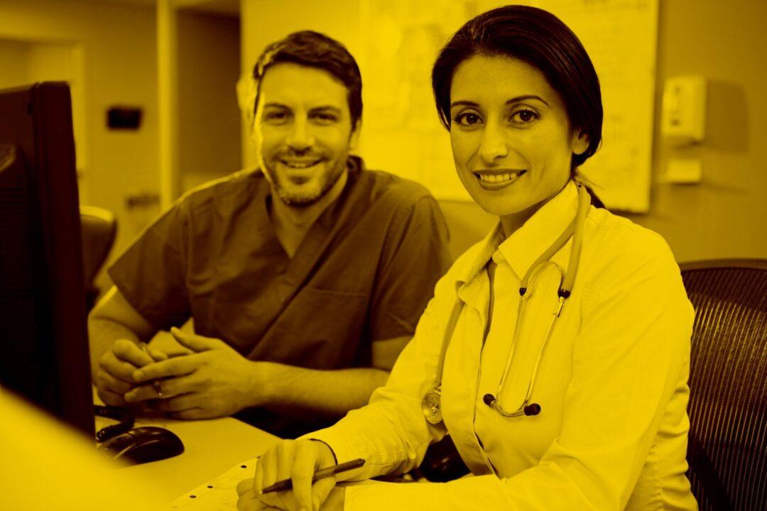 Ärztin und Pfleger arbeiten mit Pc mit Samas in der maja.cloud
