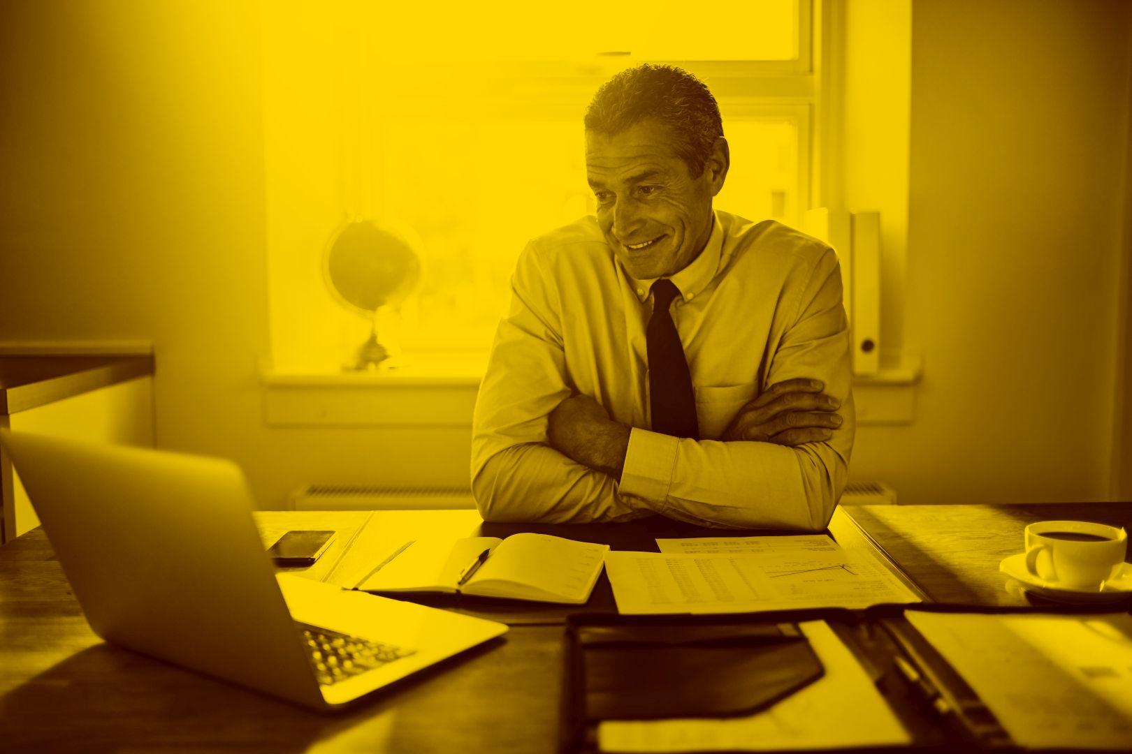 Anwalt arbeitet am Mac-Book mit Anwaltssoftware im Büro