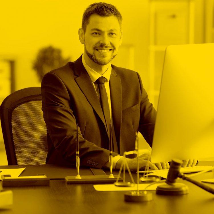 Anwalt arbeitet am Mac mit Anwaltssoftware im Büro