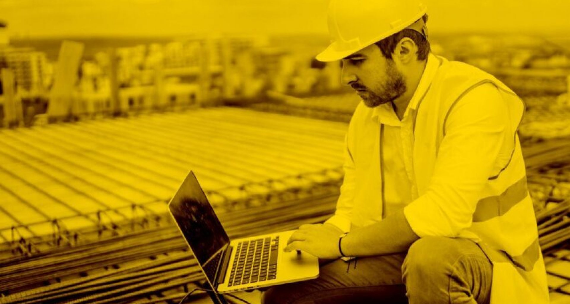 Bauarbeiter mit Labelwin auf dem Mac in der maja.cloud