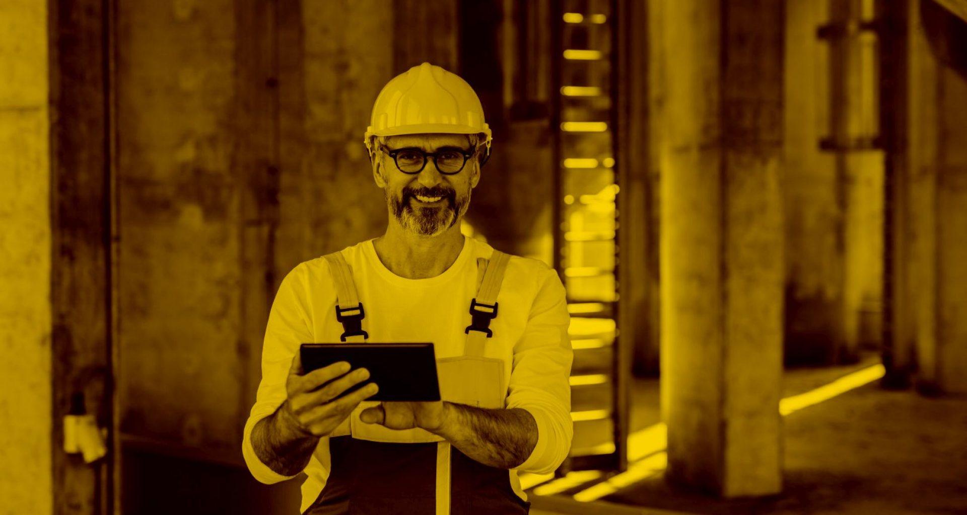 Bauarbeiter mit Tablet und WinWorker