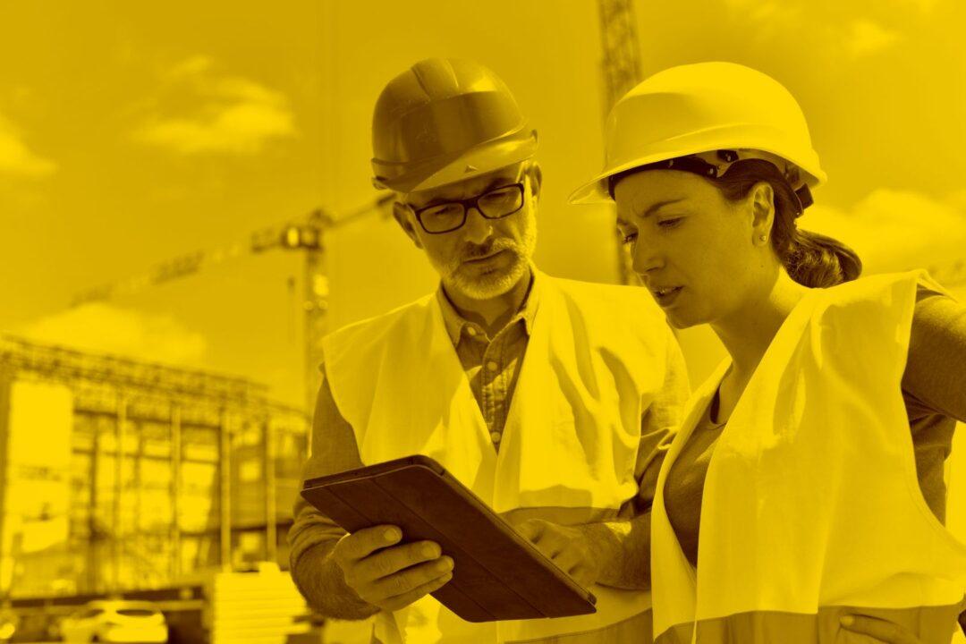 Bauarbeiter und Bauarbeiterin kalkulieren auf Baustelle mit Offerte L in der maja.cloud