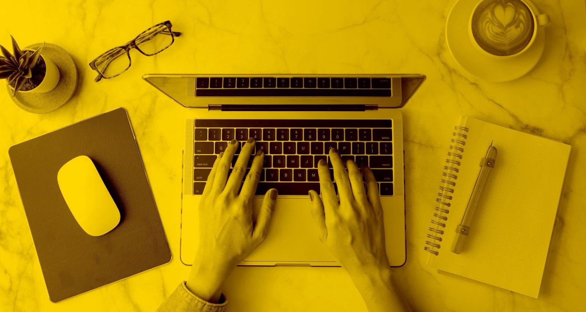 Benutzerin arbeitet am Laptop in der Cloud
