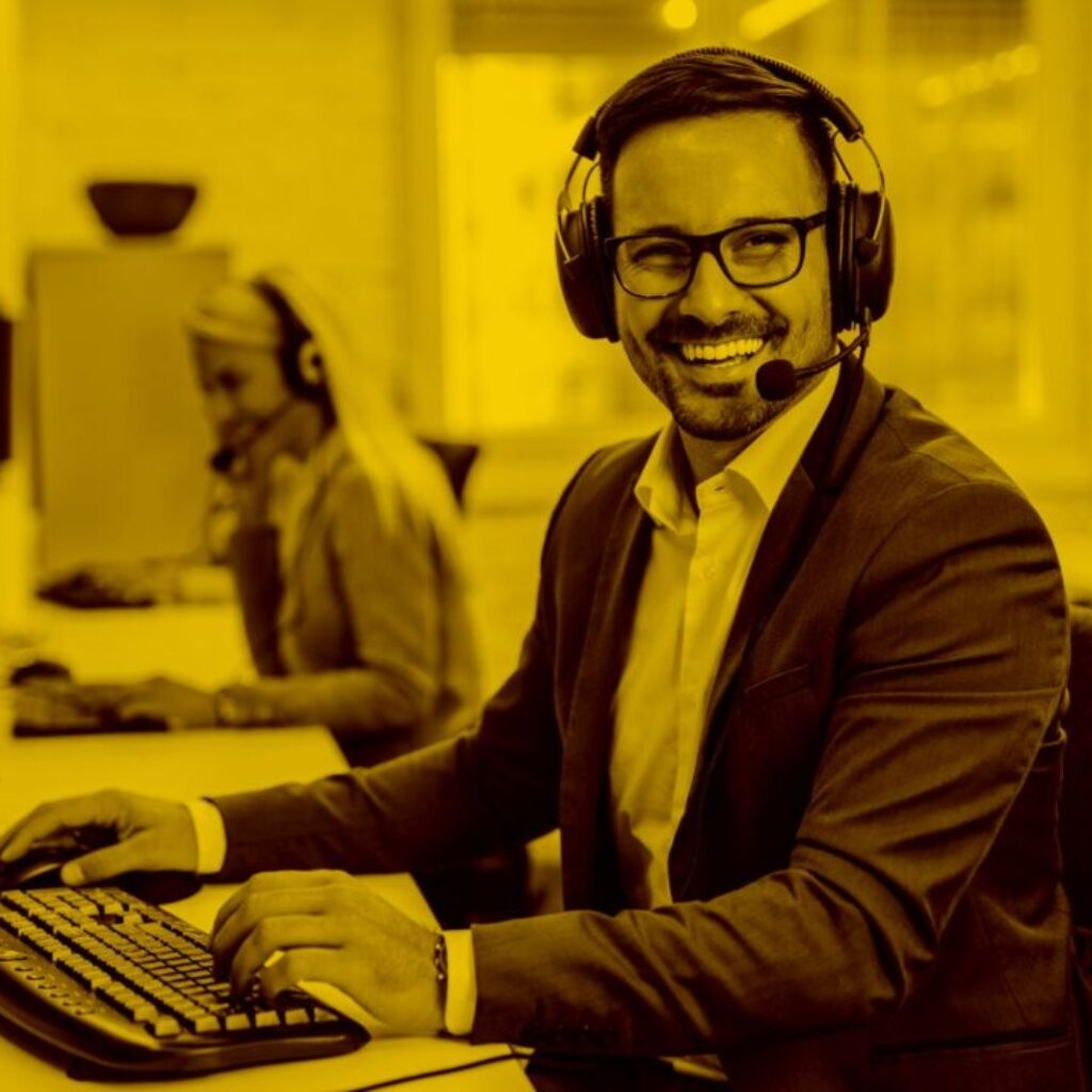 Callcenter-Agent mit Headset arbeitet mit Docucall in der maja.cloud