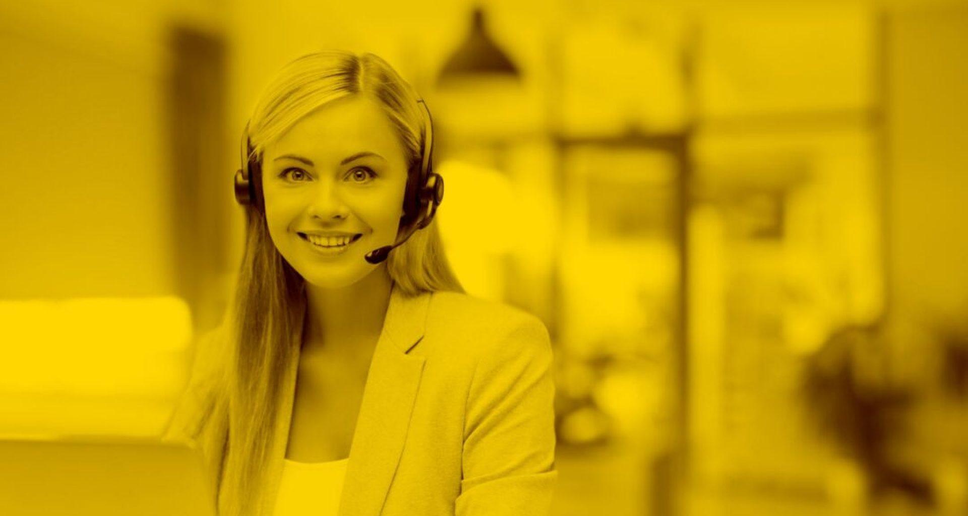 Callcenter-Agentin mit Headset arbeitet mit Docucall in der maja.cloud