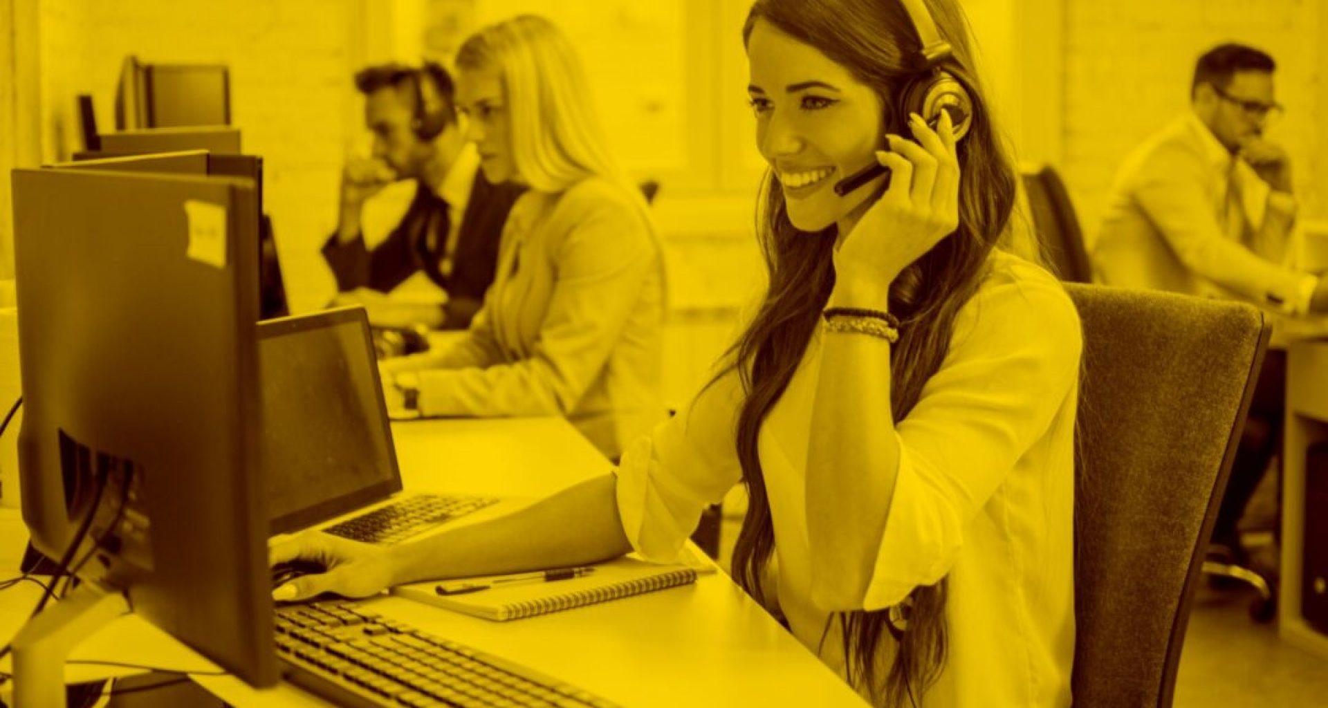 Callcenter-Agentin mit Headset telefoniert mit Kunden mit Docucall in der maja.cloud