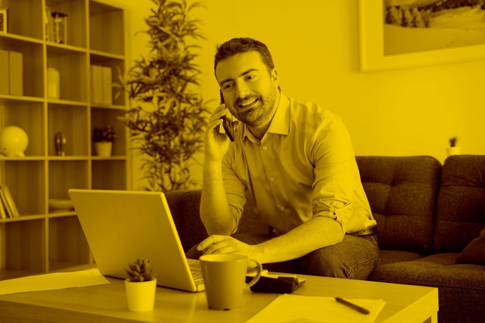 Fahrschullehrer arbeitet am Laptop mit dem Fahrschulmanager in der maja.cloud