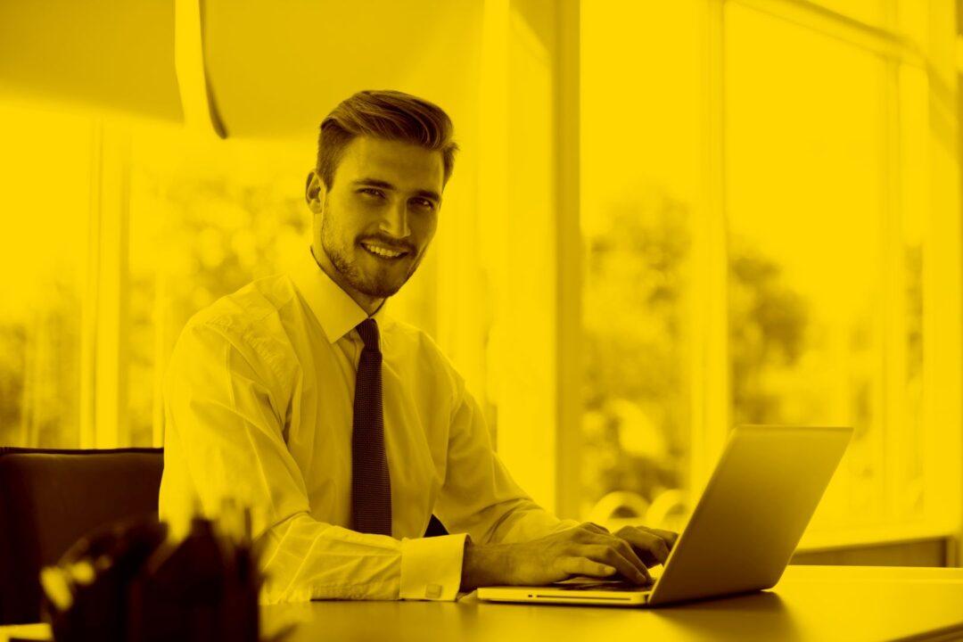 Junger Mann mit maja.cloud nutzt Dropbox alternative auf dem Laptop
