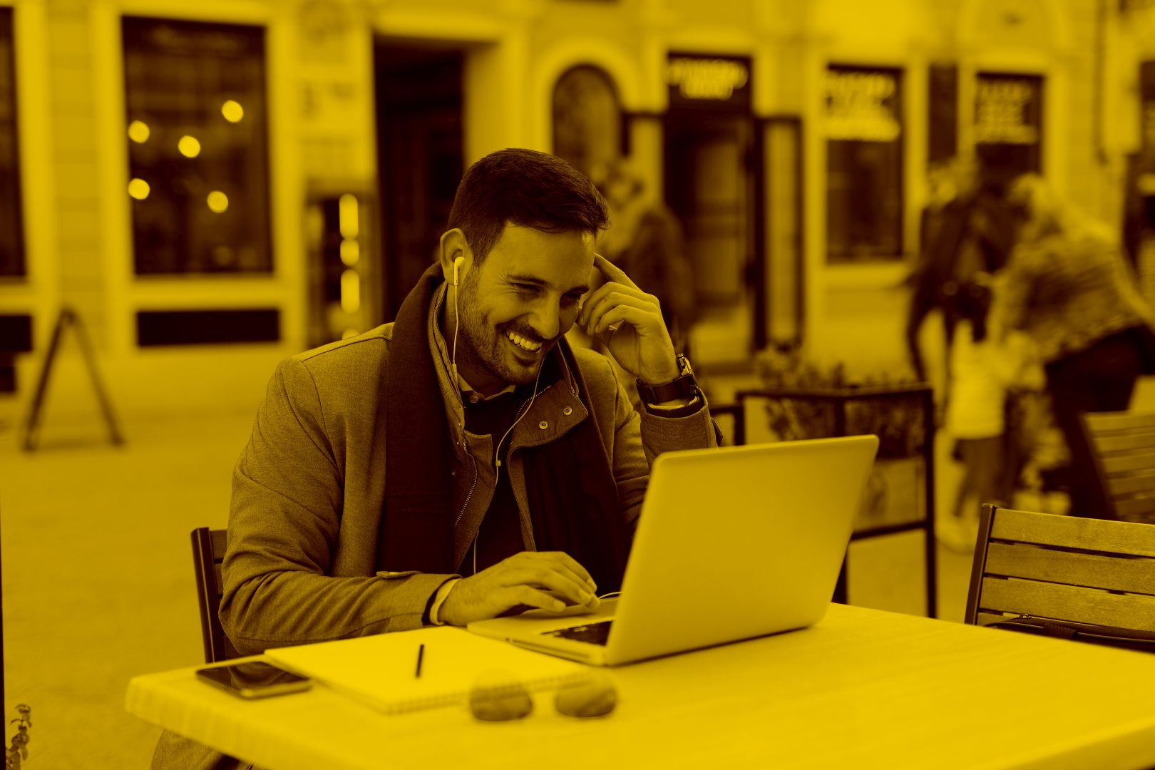 Mann nutzt Desktop as a Service mit maja.cloud auf dem Laptop in einem Cafe