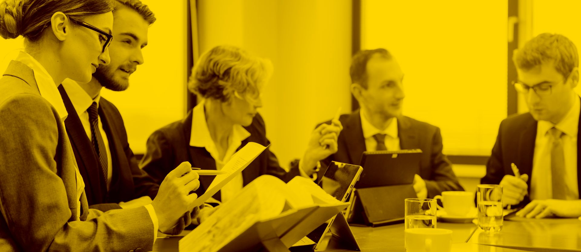 Mehrere Anwälte arbeiten mit Anwaltssoftware am Büro