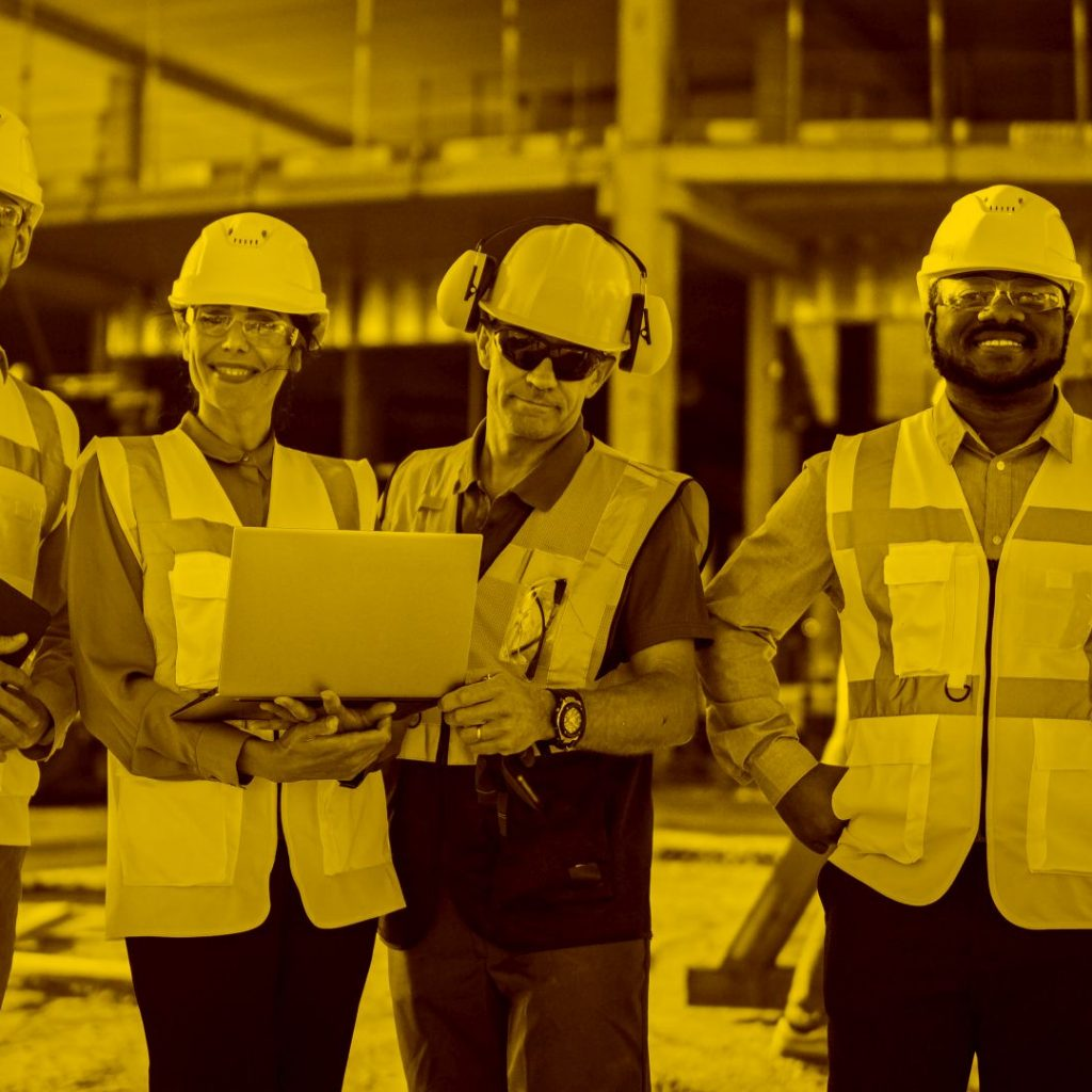 Mehrere Handwerkerin und Handwerkerin auf einer Baustelle