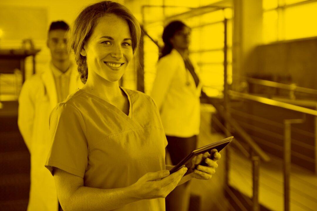 Pflegerin mit Tablet und Senso in der maja.cloud