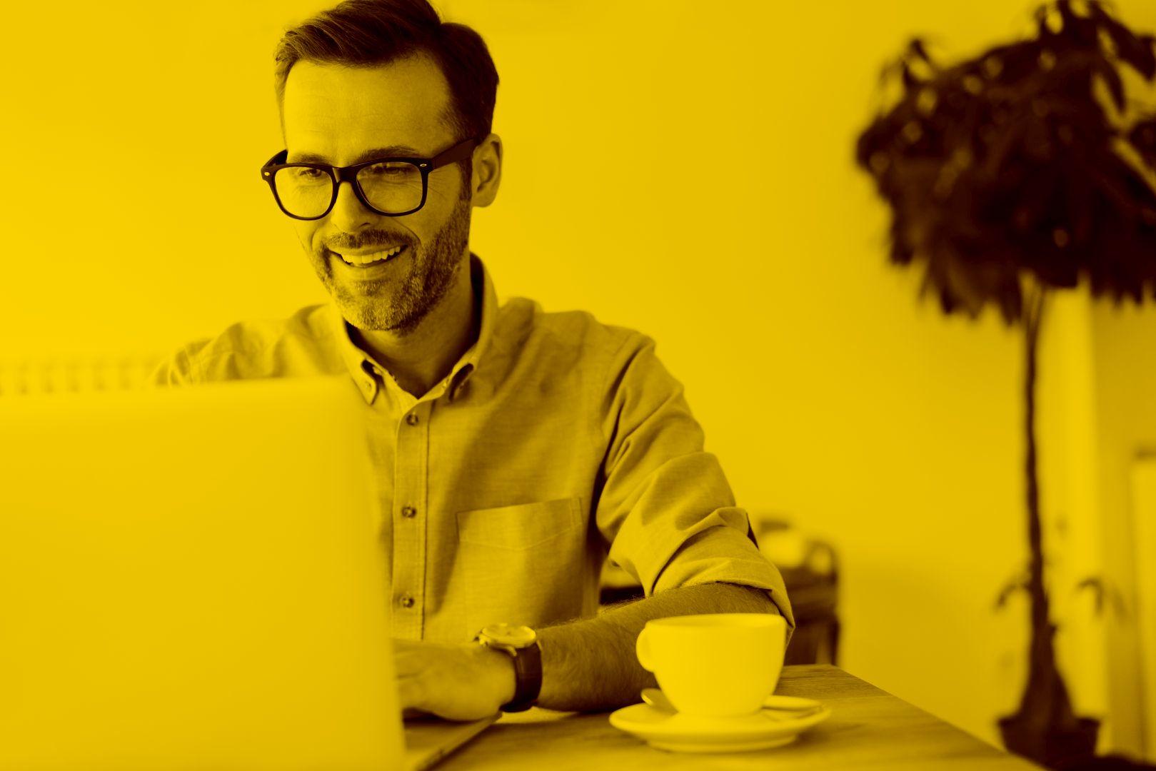 Unternehmer arbeitet am Laptop in der Cloud