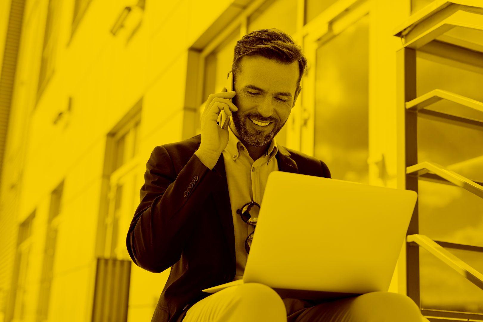 Unternehmer arbeitet auf einer Sitzbank mobil von der maja.cloud