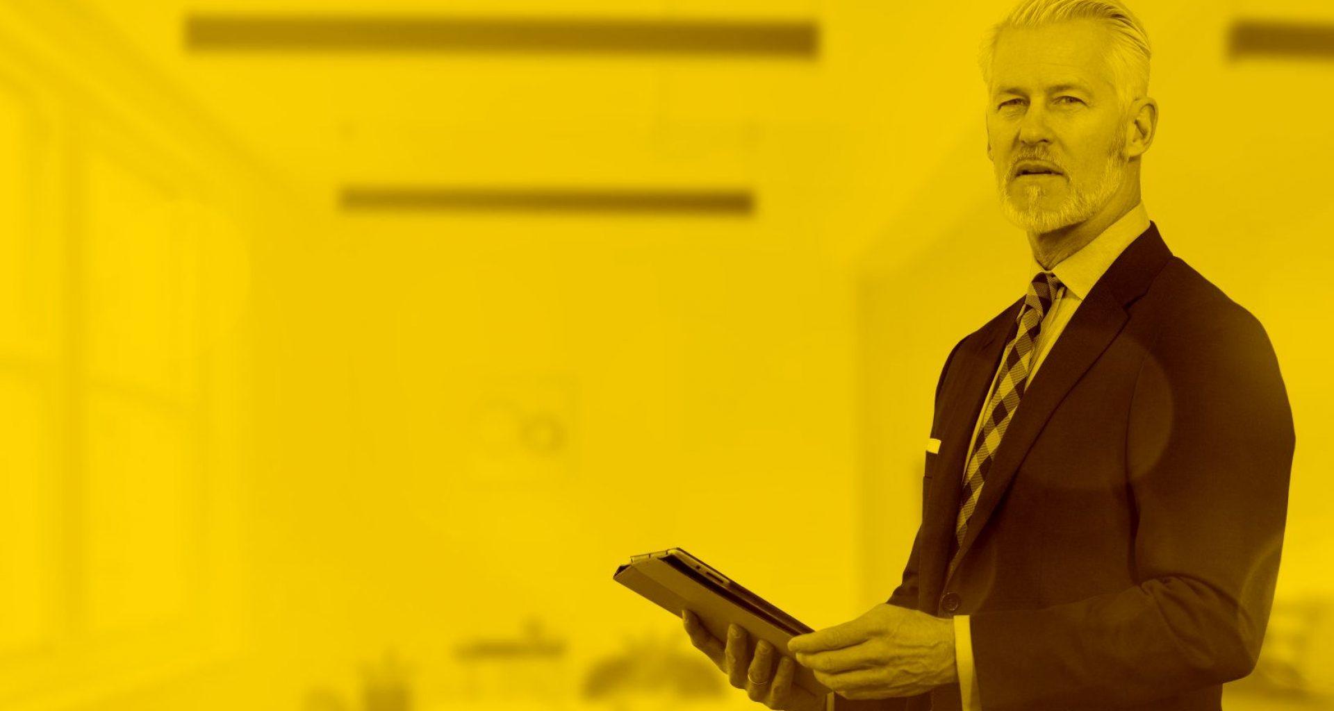 Unternehmer arbeitet mit seinem Tablet in der maja.cloud