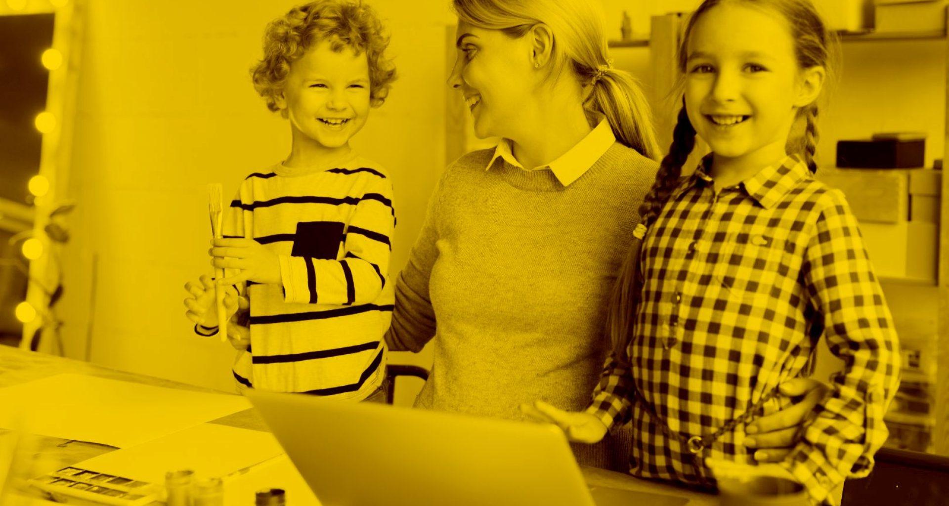 Unternehmerin arbeitet im Homeoffice und passt auf ihre zwei Kinder auf