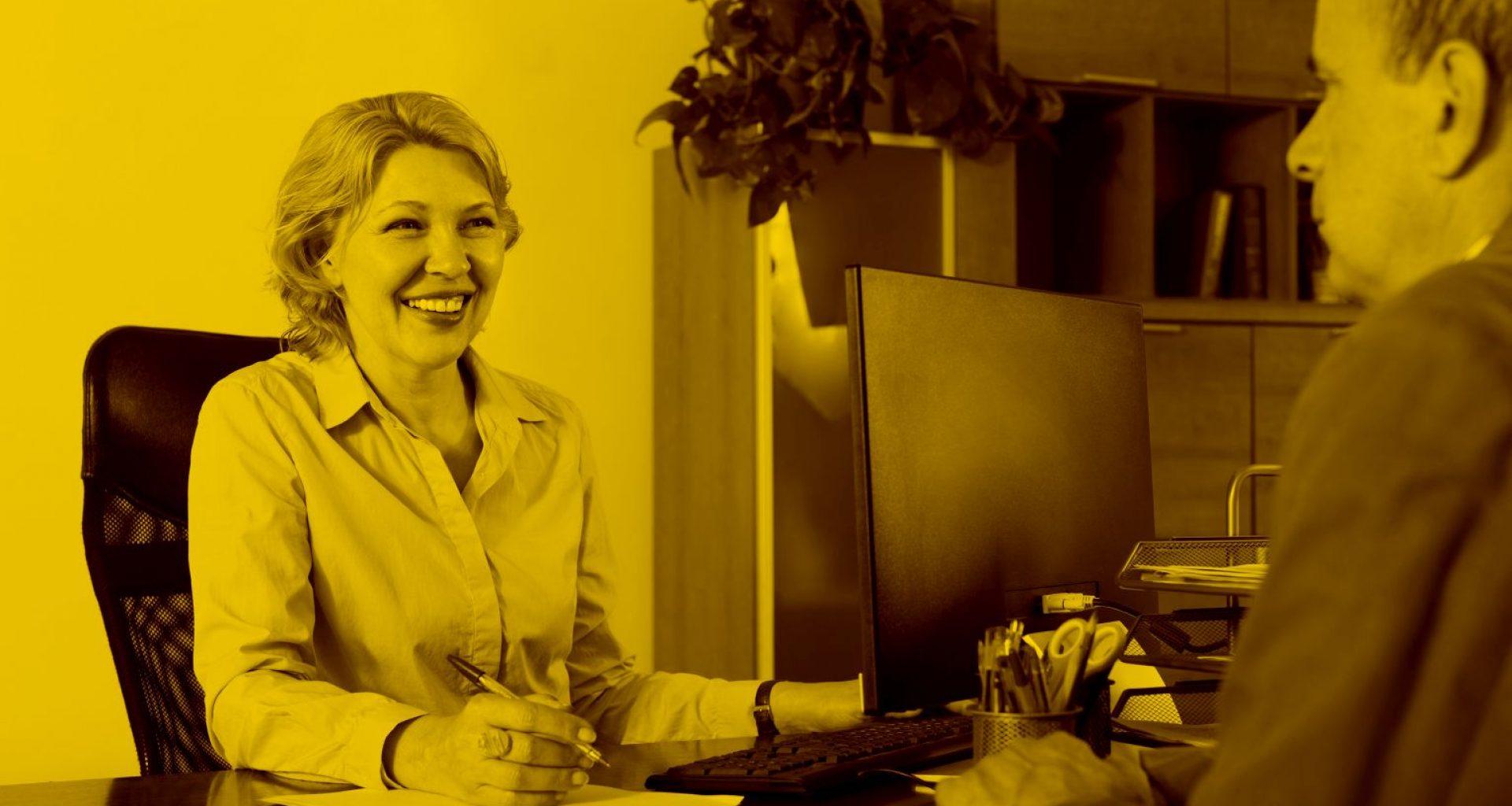 Versicherungsmarklerin berät Kunden mit Salia Maklersoftware in der maja.cloud