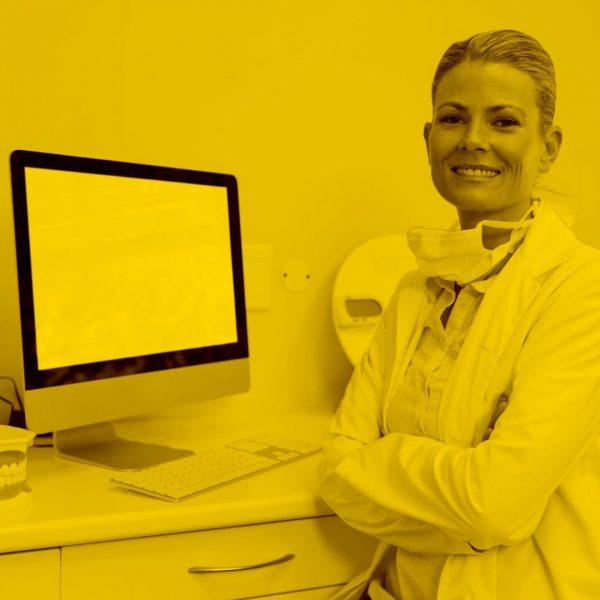 Zahnärztin arbetiet mit Zahnarztsoftware in der cloud