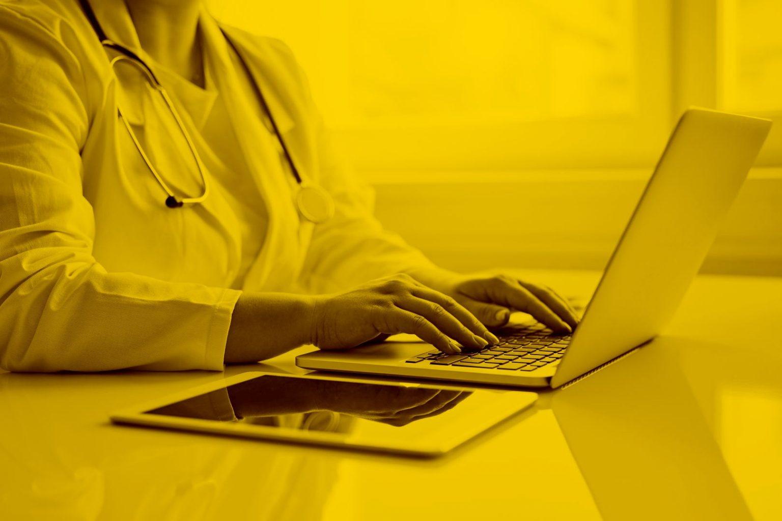 Ärztin auf Macbook mit Dakota in der maja.cloud