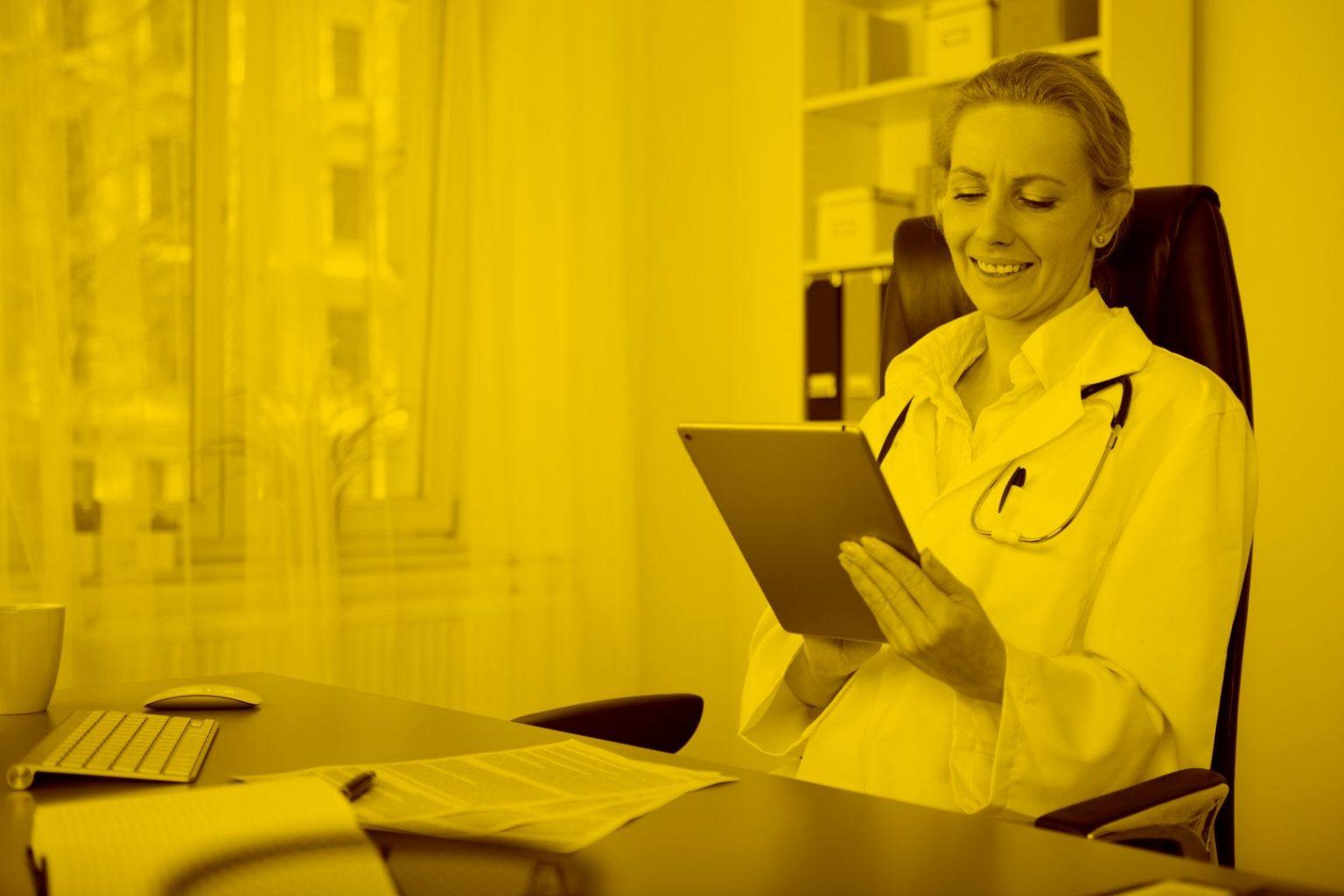 Ärztin hat Impfübersicht auf dem Tablet