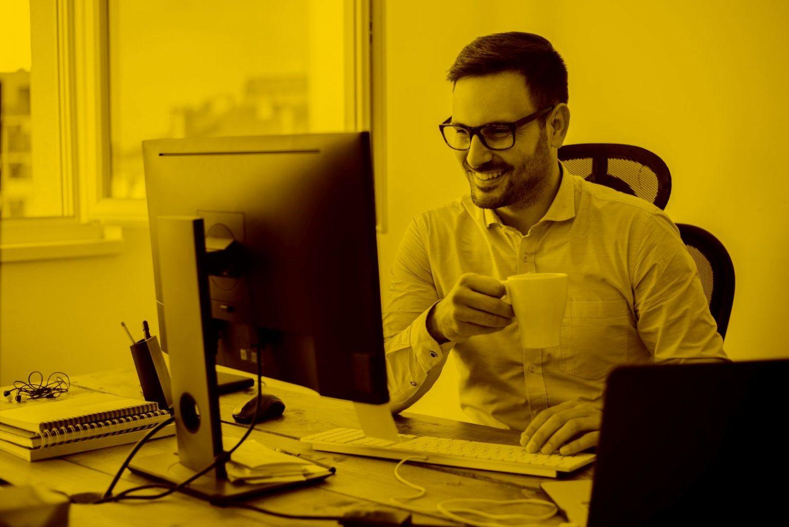 Mann arbeitet am PC mit Taxab in der maja.cloud