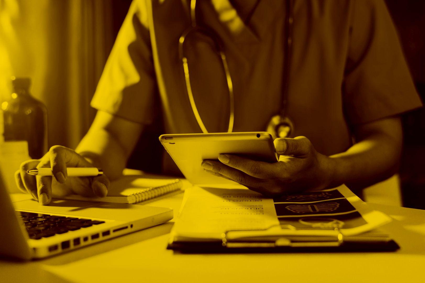 Pfleger mit tablet undMacbook auf Dakota in der maja.cloud