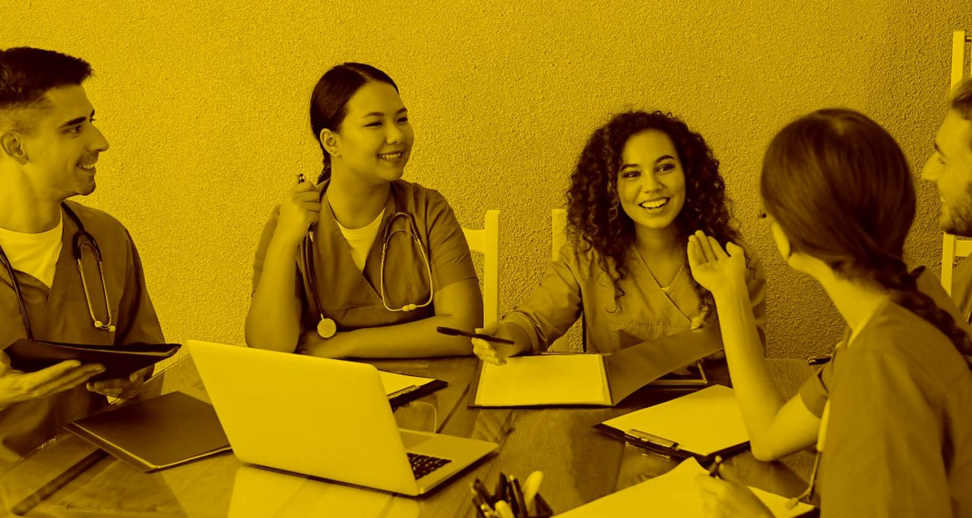 Pfleger und Pflegerinnen halten Besprechung mit Zeiterfassung in der maja.cloud