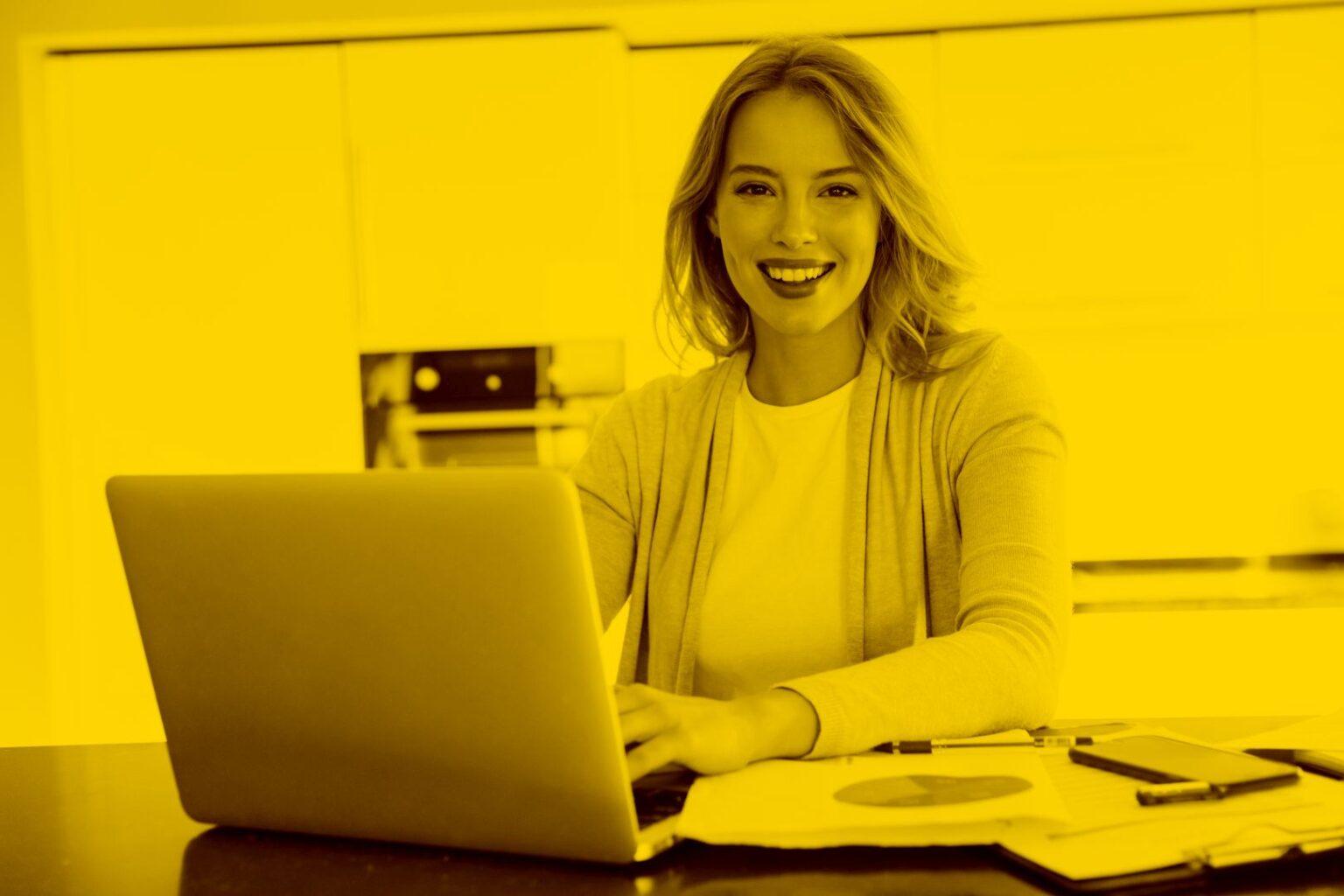 Geschäftsfrau arbeitet mit der maja.cloud sicher über ihr Laptop