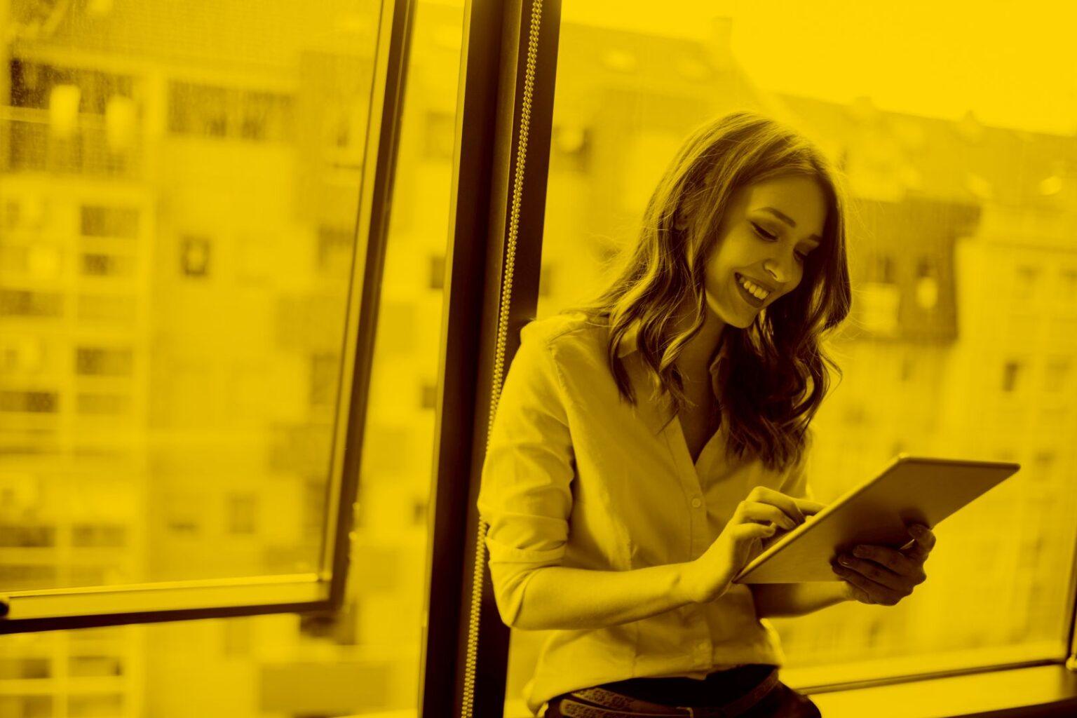 Junge Frau mit Tablet und digitale Schließanlage Portierplan in der maja.cloud