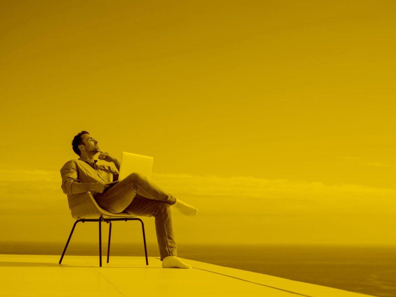 Man sitzt auf Stuhl und gibt Domain mit Umlauten in der maja.cloud