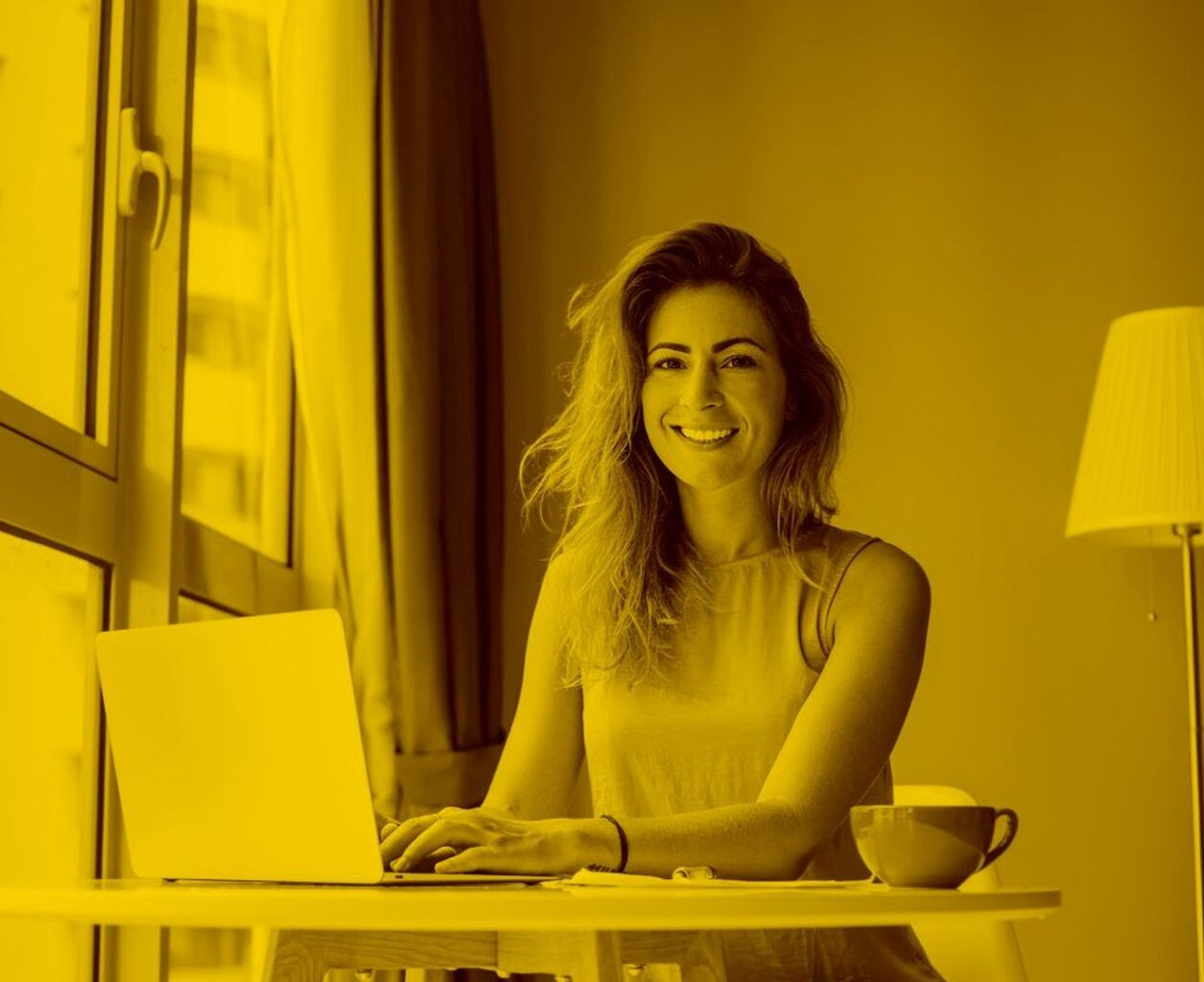 Online Händlerin arbeitet mit Vario in der maja.cloud