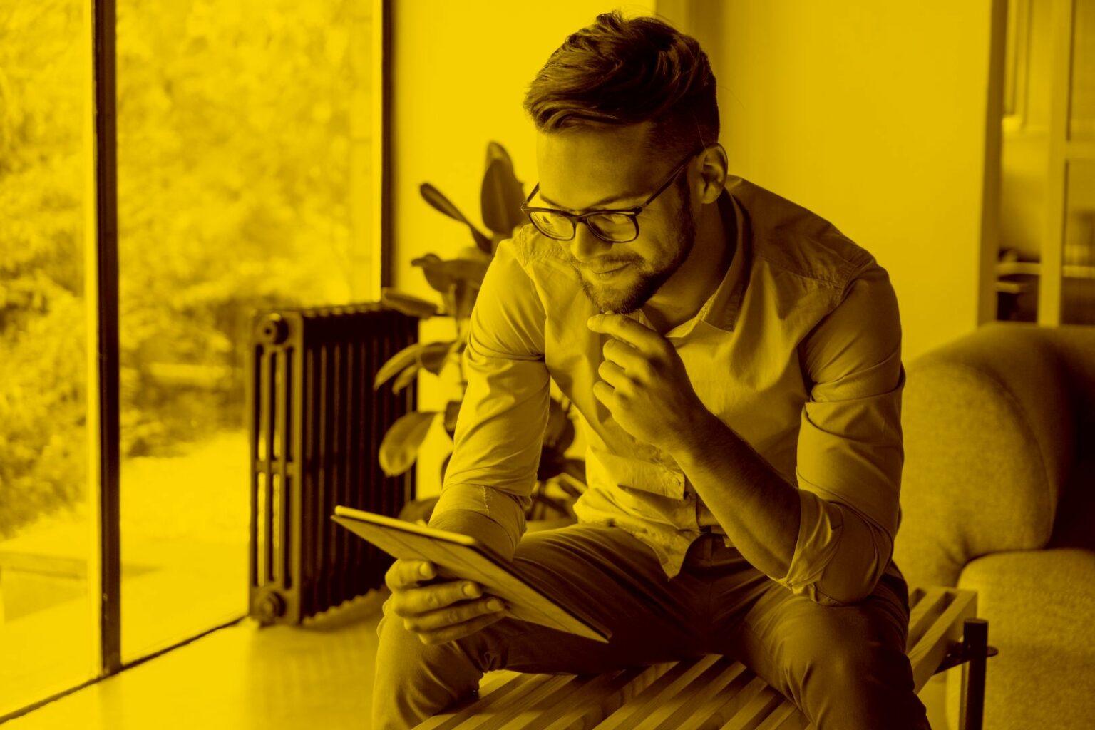 fahrschullehrer- arbeitet-am- tablet-mit-dem- fahrschulmanager-in-der- maja.cloud