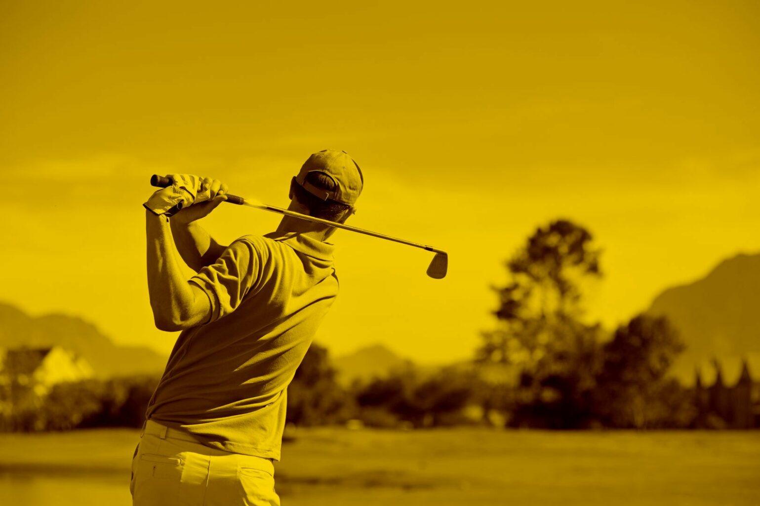 golfspieler-auf-wiese-schlägt-den-ball