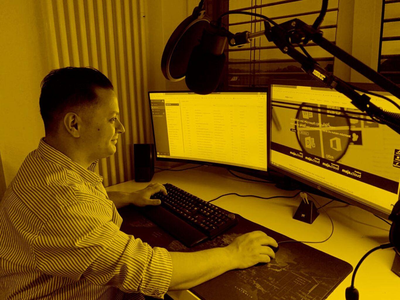Hamid arbeitet am Schreibtisch im Homeoffice in der maja.cloud