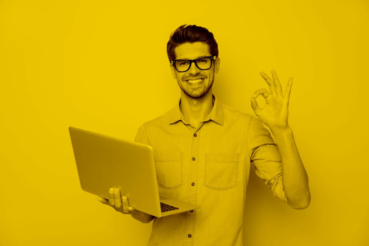 junger-mann- nutzt-desktop-as-a-service-mit -maja.cloud-auf- dem-Laptop