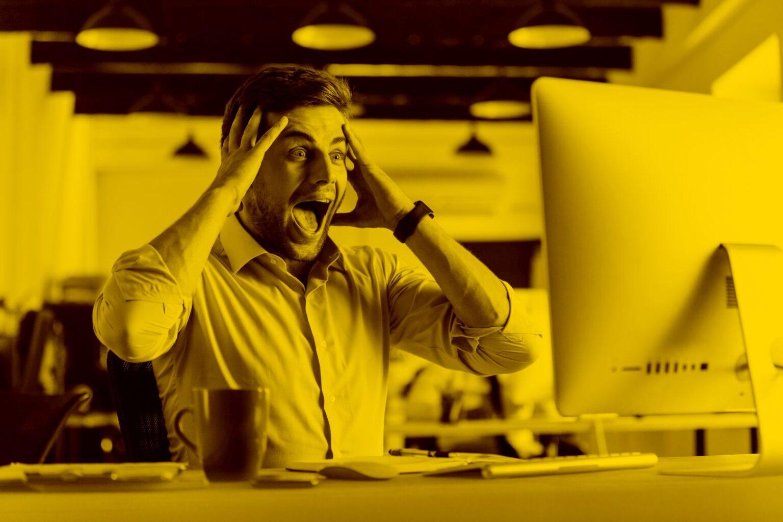Man am Schreibtisch sieht Domain mit Umlauten auf seinem Bildschirm