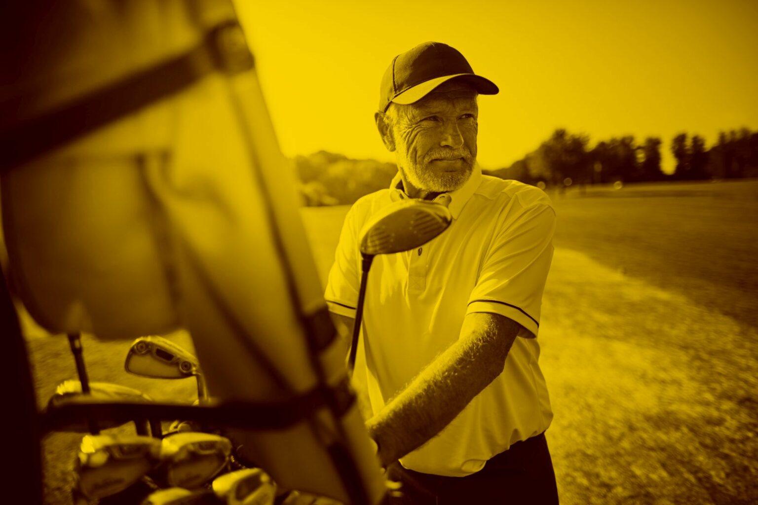 mann-am-golfplatz