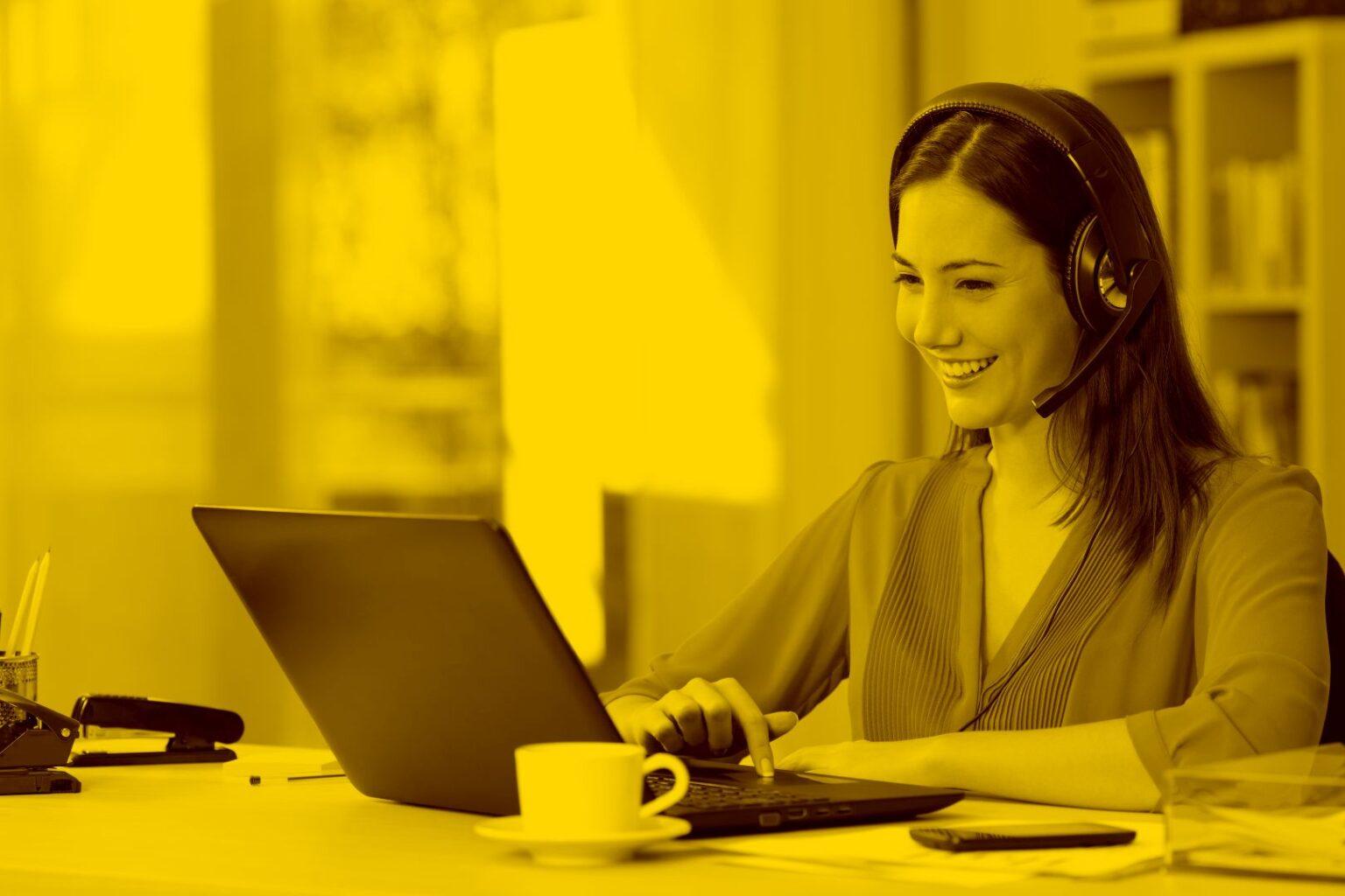 Frau arbeitet im homeoffice und nutzt dabei Desktop as a Service