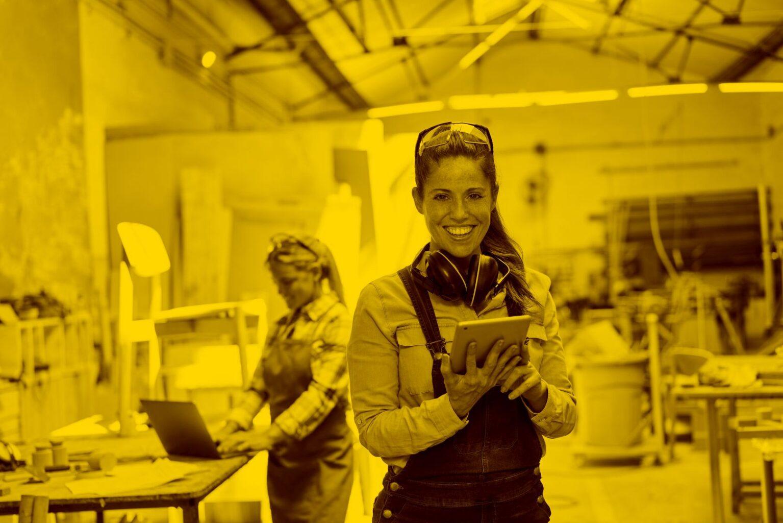 Frau mit Tablet nutzt FormCalc in der maja.cloud