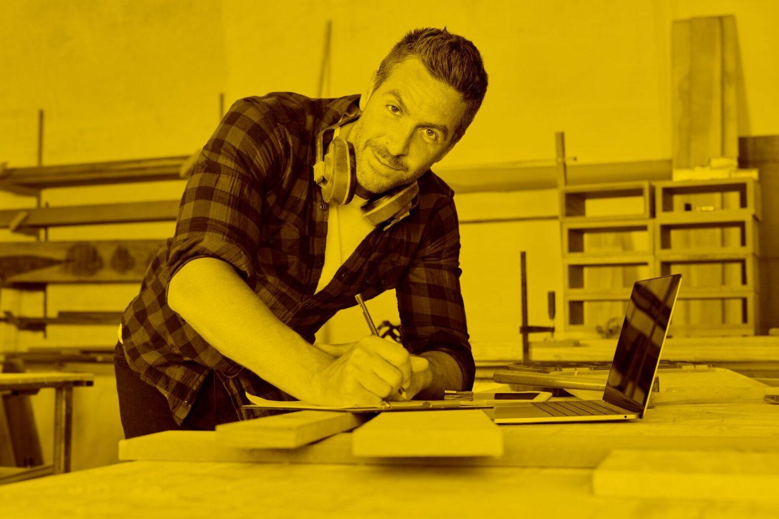 Handwerker arbeitet in der Werkstatt mit FormClalc in der maja.cloud