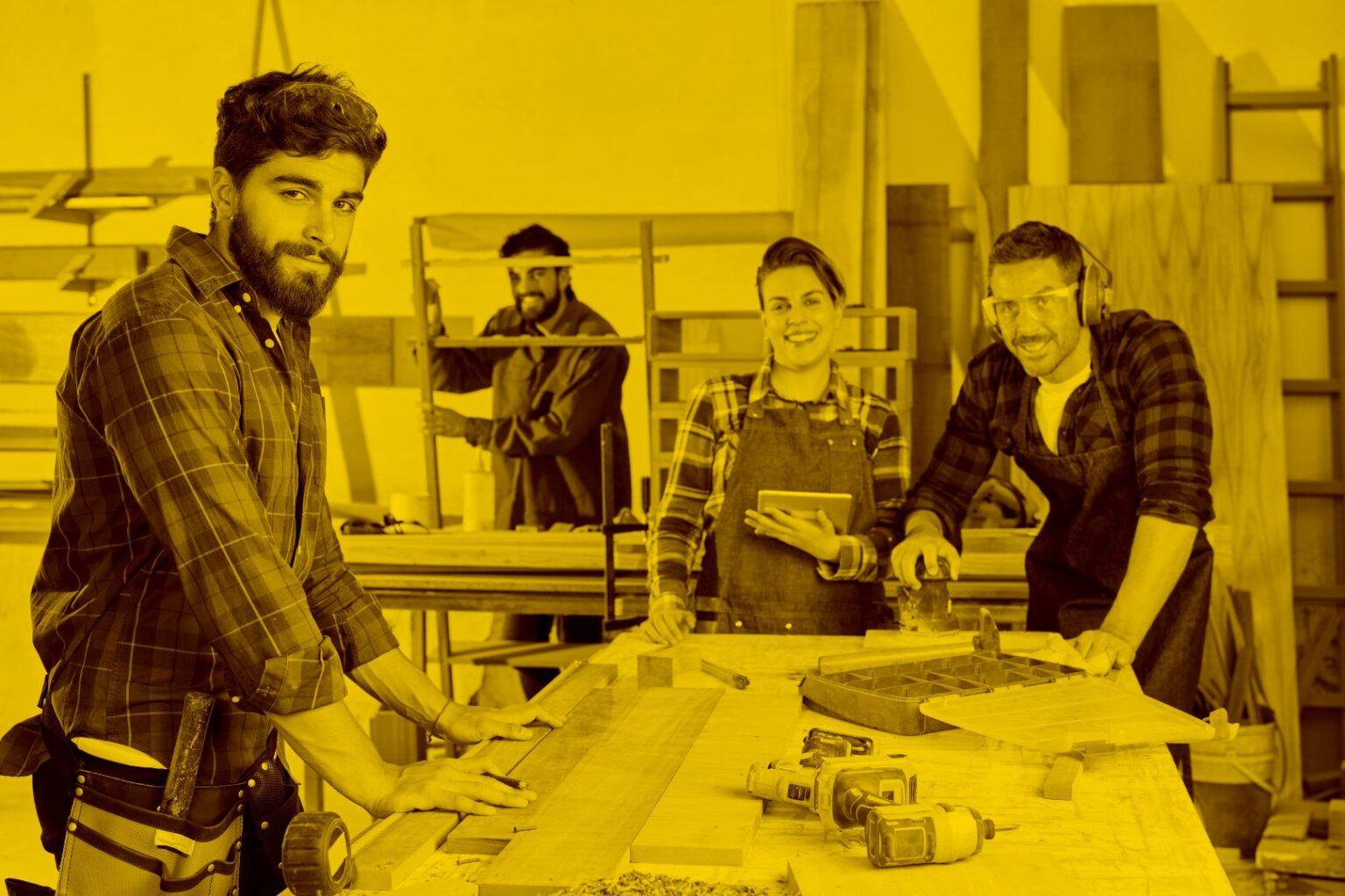 Handwerker und Handwerkerinnen in der Werkstatt