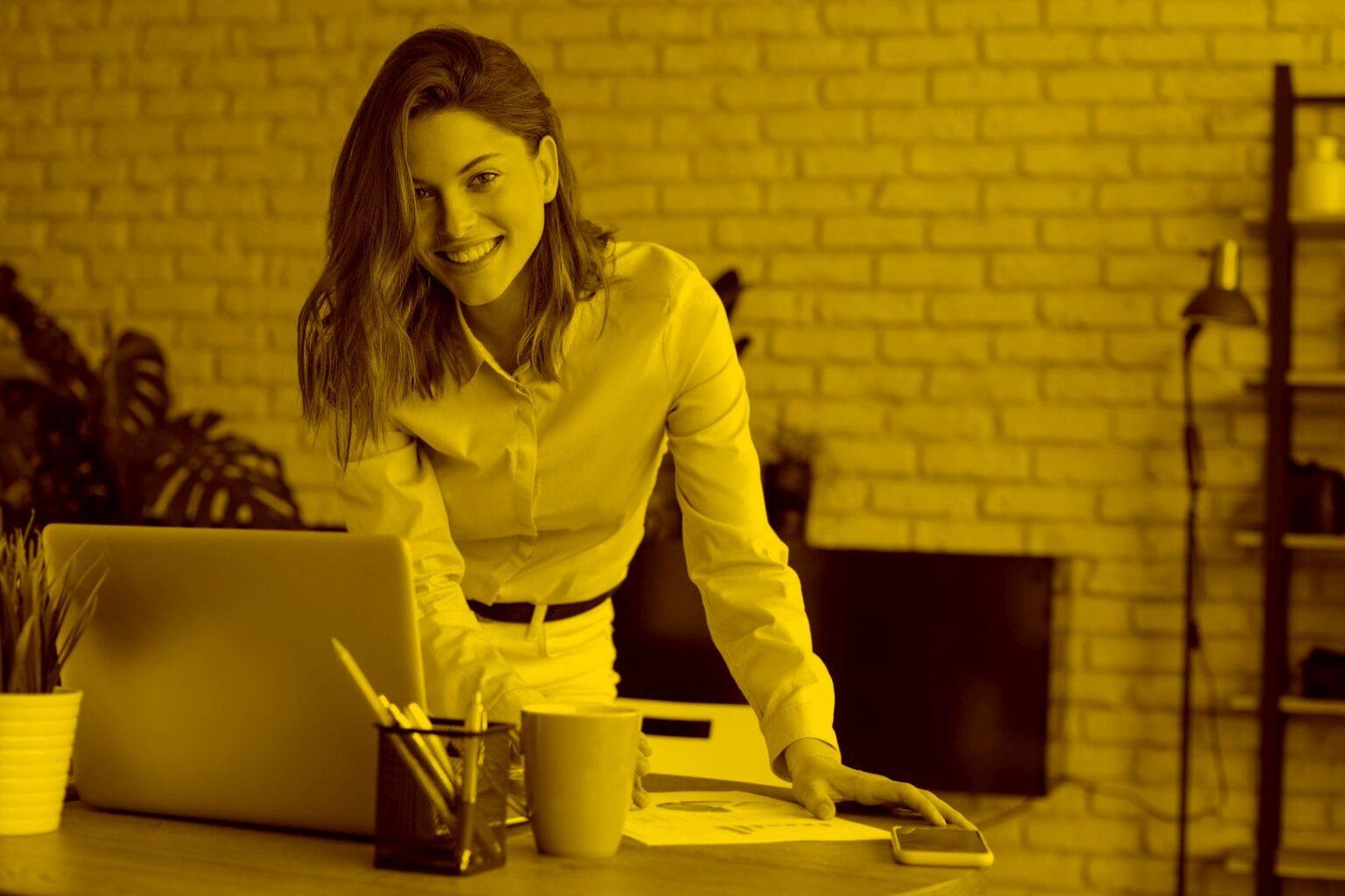 Junge Geschäftsfrau registriert sich m Laptop für die maja.cloud