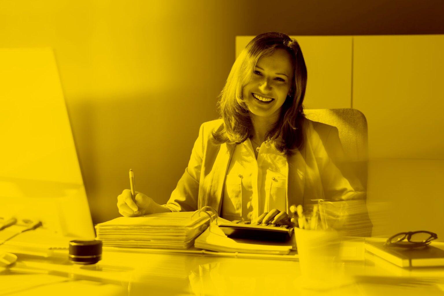 Steuerberaterin arbeitet am Schreibtisch mit Datev